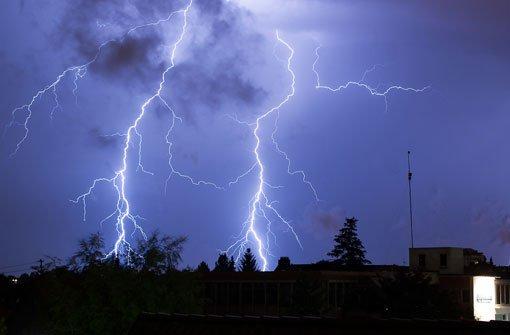 Der Juli beginnt in der Region Stuttgart mit einem Donnerwetter: Nach einem brütend heißen Tag entladen sich in der Nacht auf den b1. Juli/b Gewitter mit Blitzen, Sturmböen und Starkregen. Allein in Stuttgart muss die Polizei rund 200 Mal ausrücken. Auch in der Region werden Bäume entwurzelt, Autos beschädigt und Leitungen heruntergerissen. Im Stuttgarter Hafen wird ein Ladekran von einer Sturmböe erfasst und gerät in Schieflage. Foto: Leserfotograf guenther