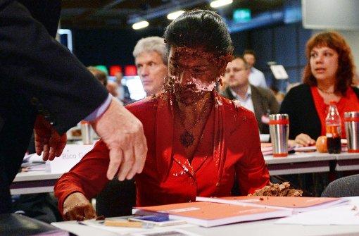 Sahra Wagenknecht mit brauner Torte beworfen
