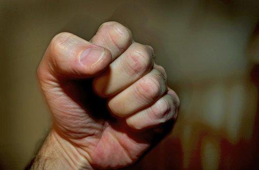 Fünf Männer schlagen und berauben Betrunkenen