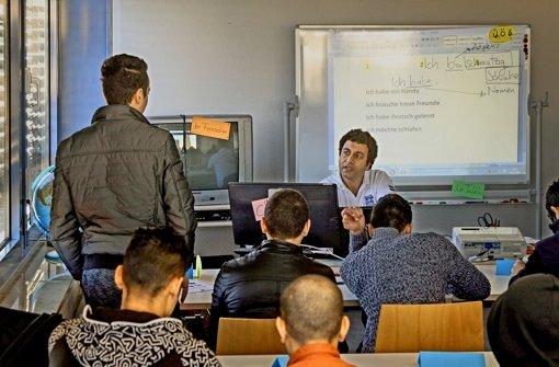 Aufstehen, wenn man mit dem Lehrer spricht,  ist für die Schüler wie für den Lehrer Mohamed Esmat selbstverständlich. Foto: factum/Granville
