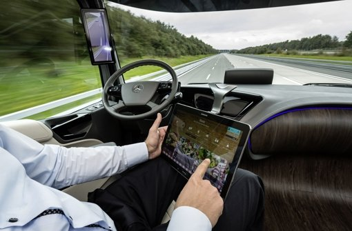 Daimler lässt einen Lkw im Testbetrieb mit Autpilot fahren Foto: Daimler