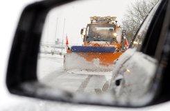Ein Schneeräumfahrzeug räumt in Riedlingen (Baden-Württemberg) die Straße frei.  Foto: dpa