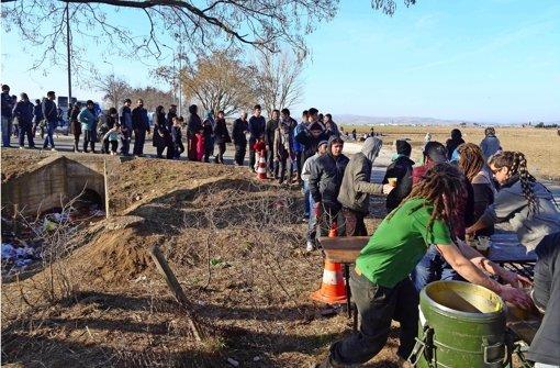 Freiwillige Helfer geben in der Nähe der griechisch-mazedonischen Grenze Suppe aus. Die Schlangen werden täglich länger. Foto: MK