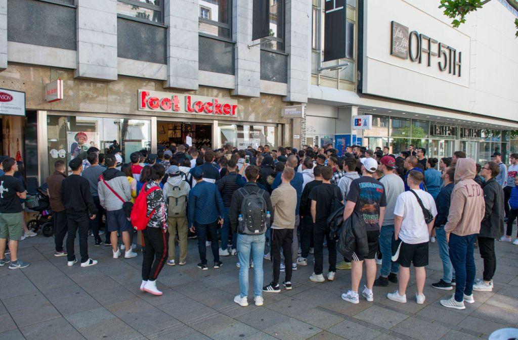 Andrang auf Stuttgarter Königstraße: Jugendliche stehen
