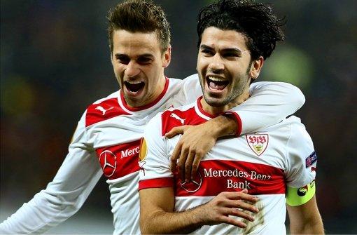 VfB-Profi Martin Harnik (links mit Serdar Tasci) hat in den letzten beiden Spielen gegen  Bremen drei Tore erzielt.   An diesem Samstag geht es wieder gegen seinen Ex-Club, nach vier Ligapleiten in Folge muss der VfB gewinnen.  Da lohnt ein Blick auf vergangene Erfolge gegen Bremen – als Mutmacher. Foto: dpa