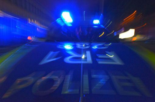 Jugendliche leisten Widerstand gegen Polizisten