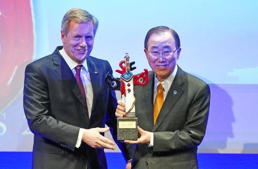 UN-Generalsekretär Ban Ki Moon  (rechts) ist von Ex-Bundespräsident Christian Wulff mit dem Deutschen Medienpreis ausgezeichnet worden. Foto: dpa
