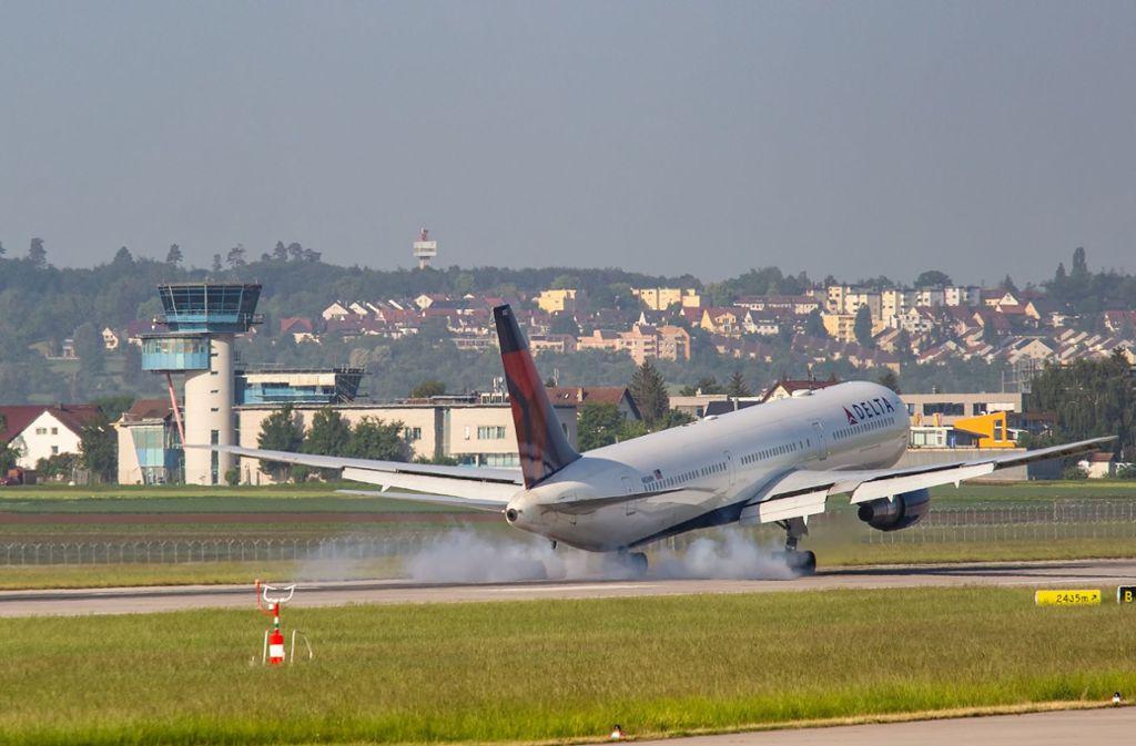 Startbahn Am Flughafen Stuttgart Wegen Sanierung Für 56