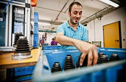 Eingeübte Handgriffe in einer Werkstatt des BHZ: Deniz Kurt baut für Mercedes Achsmanschetten zusammen. Foto: Leif Piechowski