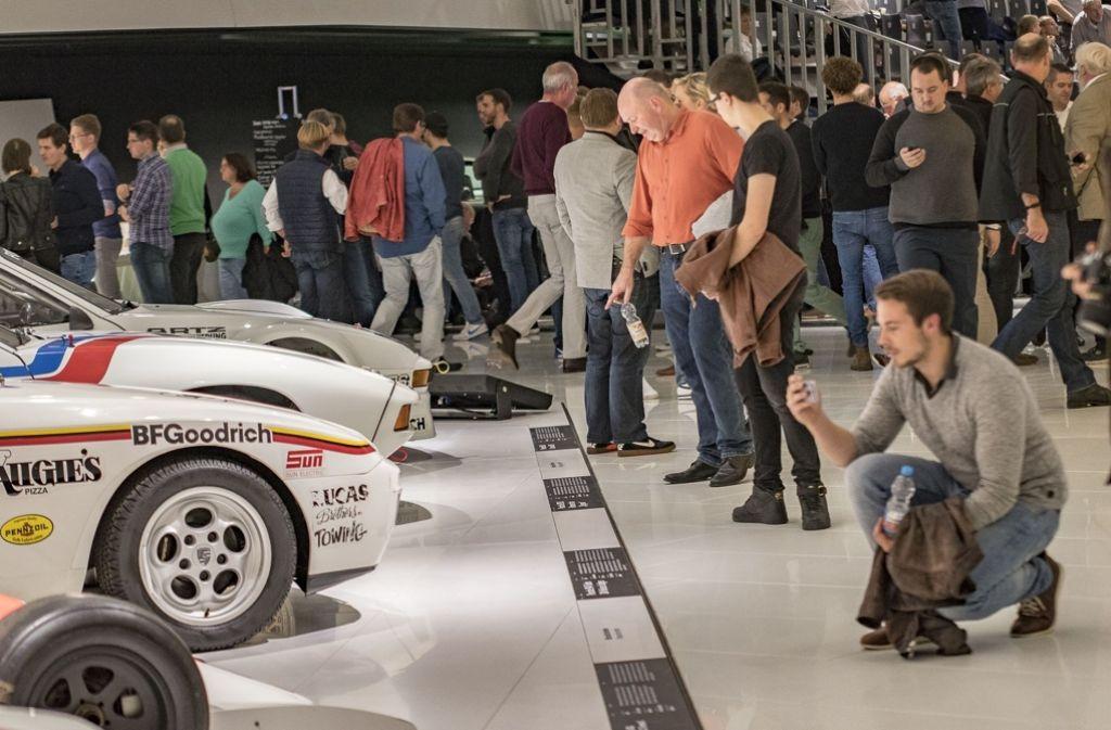 Fans Bei Der Sound Nacht Im Porsche Museum Bestaunen Historische