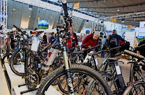Fahrräder mit kleinem Elektromotor sind ein Blickfang auf der CMT. Foto: Christian Hass Stuttgart