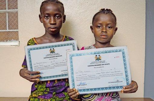 Kinder, die an Ebola erkrankt und  überlebt haben, erhalten von der Regierung ein Zertifikat Foto: Warth