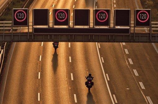Zeigen die flexiblen Verkehrszeichen über der A8 eines Tages nur noch Tempo 80 an? Foto: Leif Piechowski