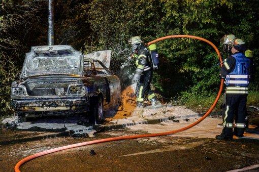 Auto brennt aus - drei Verletzte