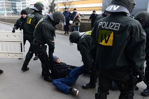 Gegendemonstranten hatten die Hauptstätter Straße blockieren wollen. Foto: www.7aktuell.de