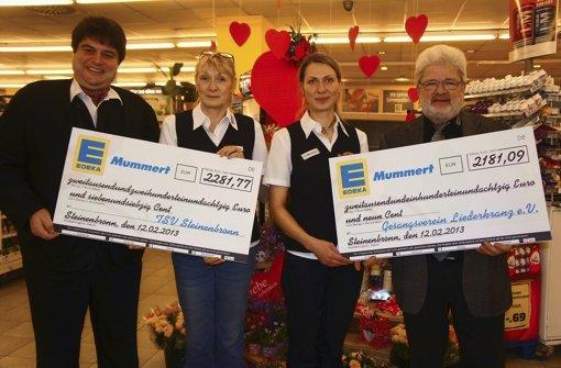 Über Schecks von Marina und Aileen Mummert, Inhaberinnen des Edeka-Markts, freuen sich die Vereinsvorsitzenden Klaus von Scholley (links) und Peter Bieg Foto: Ursula Vollmer