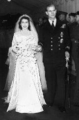 Vor 65 Jahren gaben sich Elizabeth und Philip das Ja-Wort. Damit ist der Herzog von Edinburgh der dienstälteste Prinzgemahl des Königreichs. Viele hätten die britische Prinzessin gerne zum Altar geführt - doch Elizabeth entscheidet sich 1947 für den deutsch-griechisch-dänischen Adligen ohne Land und Titel. Foto: dpa