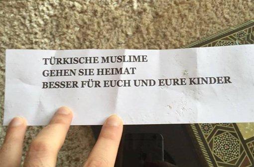 Rund um den Kelterplatz in Stuttgart-Zuffenhausen wurden am Montag diese beleidigenden Zettel gefunden. Foto: Necip Mustafa Mavis