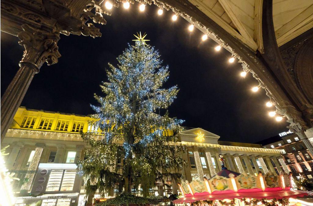 Wann Weihnachtsbaum Aufstellen.25 Meter Hohe Rotfichte Stuttgarter Weihnachtsbaum Verspätet Sich