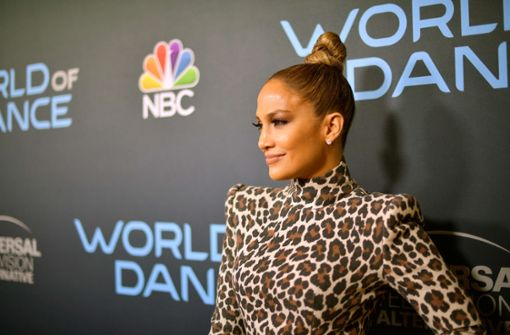 Jennifer Lopez trug ein Kleid von Sergio Hudson im Leoparden-Look. Foto: GETTY IMAGES NORTH AMERICA