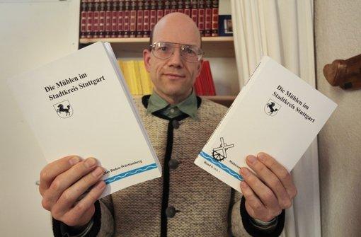 Historiker Achim Bonenschäfer mit den beiden Stuttgarter Mühlenatlas-Bänden. Foto: factum/Granville