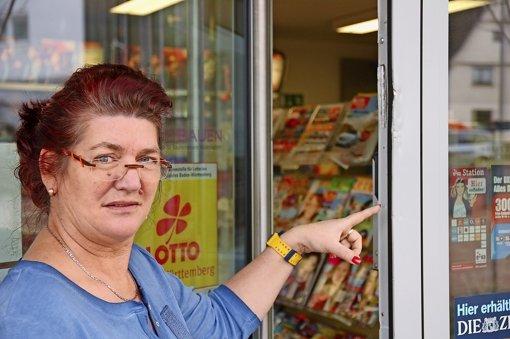 """""""Wer kann denn auch ahnen, dass das so oft passiert?"""" – Renate Tielesch zeigt auf die jüngsten Einbruchsspuren an der Eingangstüre. Foto:"""
