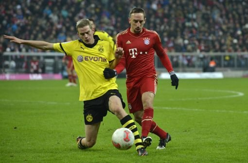 Der Dortmunder Sven Bender (links) im Zweikampf mit Bayerns Franck Ribery. Foto: dapd