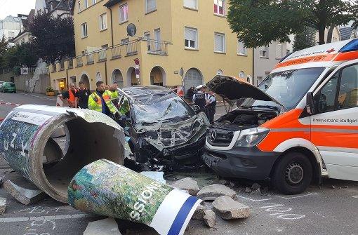 Auto rammt Litfaßsäule und Rettungswagen