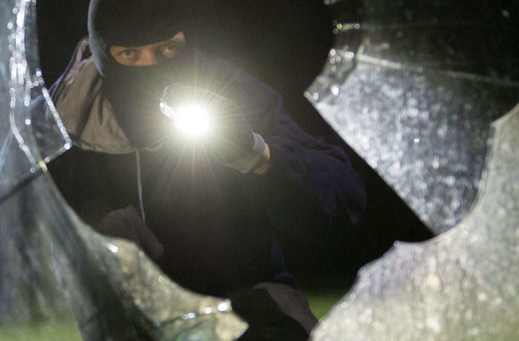 Im Schlaf überrascht: Einbrecher will Bewohnerin die Ringe