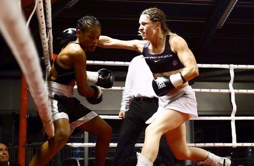 Gürtel verteidigt: Weltmeisterin Alesia Graf (re.) verpasst  Liliana Martinez eine rechte Gerade Foto: Pressefoto Baumann