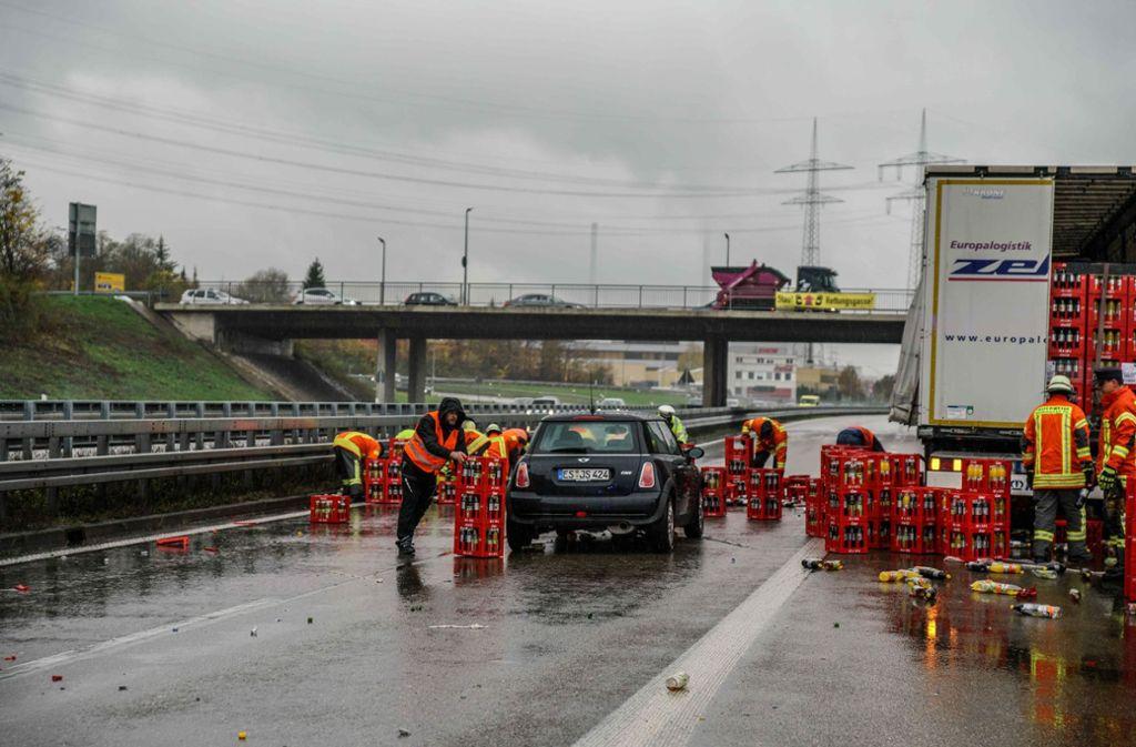 Verkehrschaos bei Plochingen - Sattelzug verliert Getränkekisten - Stuttgarter Nachrichten