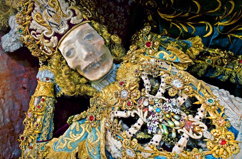 f62ca95ddd3049 Mit venezianischen Glassteinen geschmückt und in ein prunkreiches  Fantasiegewand gehüllt: Die Reliquie des heiligen Coronatus