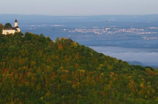 Die Burg Teck ist vom Felsplateau Breitenstein am Nordrand der Schwäbschen Alb (Baden-Württemberg) aus zu sehen. Der baden-württembergische Umweltminister hat am 9. November seinen ersten Umweltdaten-Bericht vorgestellt. Foto: dpa