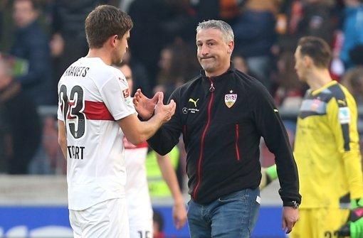 Jürgen Kramny klatscht Artem Kravets ab nach der Niederlage gegen Hannover 96. An diesem Montag blickt der Trainer bereits auf das nächste Spiel am Mittwoch gegen Borussia Mönchengladbach voraus. Foto: Pressefoto Baumann