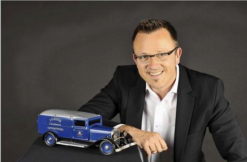 Ulrich Brobeil, neuer Geschäftsführer des Deutschen Verbands der Spielwarenindustrie, mit einem blauen Märklin-Auto. Foto: DVSI