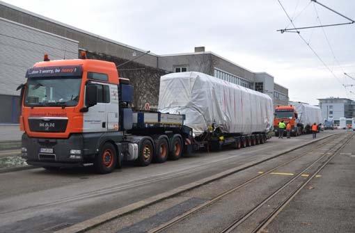 Die neue Stadtbahn ist da - am Freitagmorgen wurde sie von Schwertransportern angeliefert und dann von der SSB in Möhringen enthüllt. Ab dem Frühjahr 2013 sollen die neuen Bahnen durch Stuttgart fahren. Foto: Andreas Rosar/Fotoagentur Stuttgart