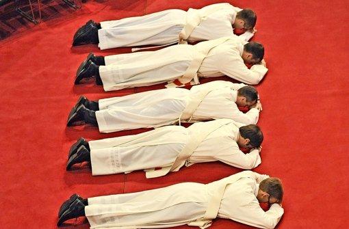Fünf Männer empfangen die Priesterweihe. In der Diözese Rottenburg-Stuttgart kam es aber auch schon vor, dass in einem Jahr nur ein Priester geweiht wurde. Foto: dpa