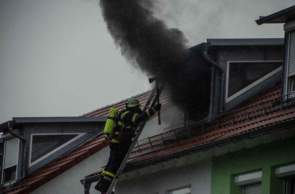 Gut gemocht Unwetter in Baltmannsweiler: Blitzeinschlag setzt Reihenhäuser in BU19