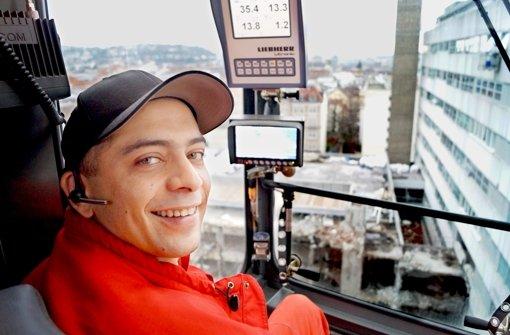 Patrick Hartl schaut beim Abriss des Olgäle aus 30 Meter Höhe zu. Foto: Berkan Cakir