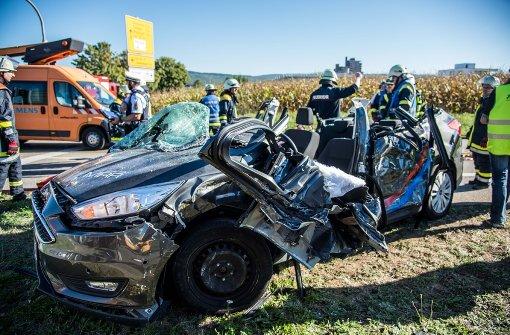 Betonmischer rammt Auto – Fahrer eingeklemmt