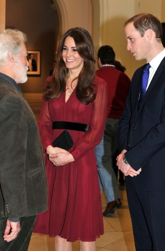 b11. Januar 2013:/b In der National Portrait Gallery in London begutachten William und Kate das erste Porträt der Herzogin, das von dem britischen Künstler  Paul Emsley gemalt wurde. Foto: dpa