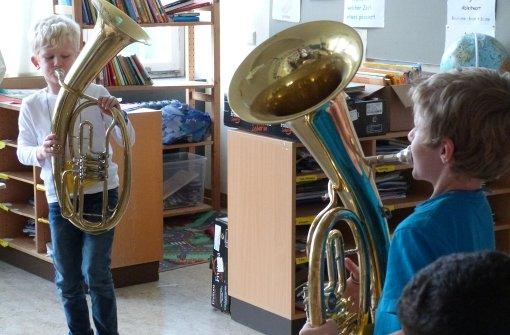 Sommerrainschüler probieren Instrumente aus