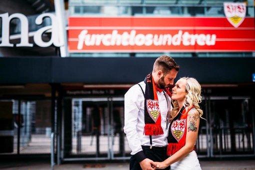 Unser Gewinner-Foto zum VfB-Heimspiel gegen Köln (1:3) am b1. Spieltag/b. Fanreporterin Jana Osswald bei ihrer Hochzeit - ganz in weiß und rot! Foto: Lichtathleten
