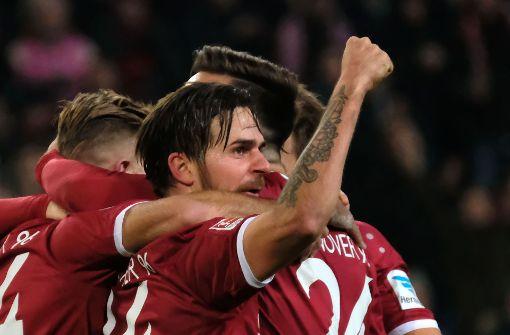 Hannover bleibt am VfB dran, KSC verliert