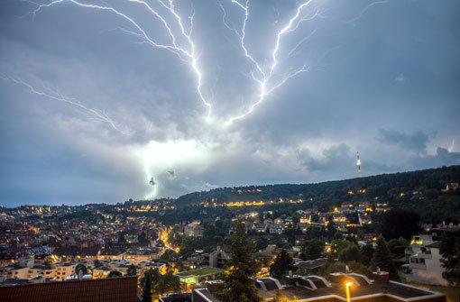 Das imposantes Wetter-Schauspiel über dem Stuttgarter Talkessel. Am Samstag soll es weiter gewittern. Foto: 7aktuell.de