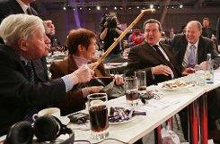 In der ersten Reihe: Altkanzler Helmut Schmidt und seine Lebensgefährtin Ruth Loah sowie Altbundeskanzer Gerhard Schröder (von links). Foto: dpa