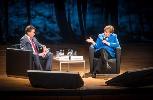 Bundeskanzlerin Angela Merkel mit Christoph Reisinger, Chefredakteur der Stuttgarter Nachrichten beim Treffpunkt Foyer in der Liederhalle Stuttgart. Foto: Lichtgut/Achim Zweygarth