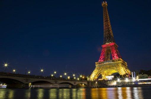 Eiffelturm leuchtet in Schwarz-Rot-Gold