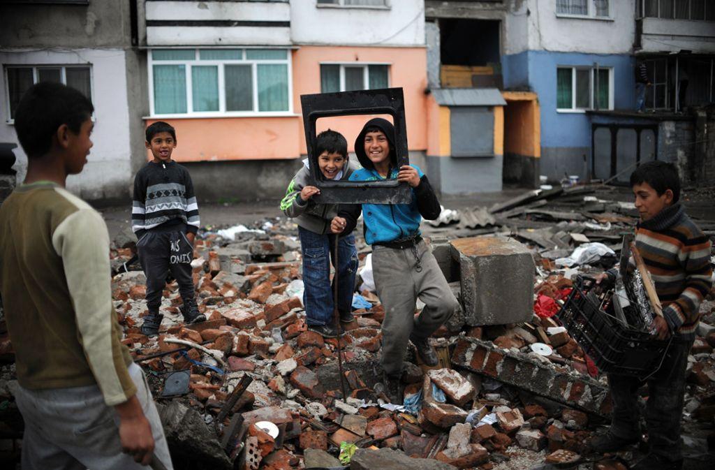 Bulgarische Roma-Jungen spielen im Armenviertel von Plowdiw. Foto: AFP