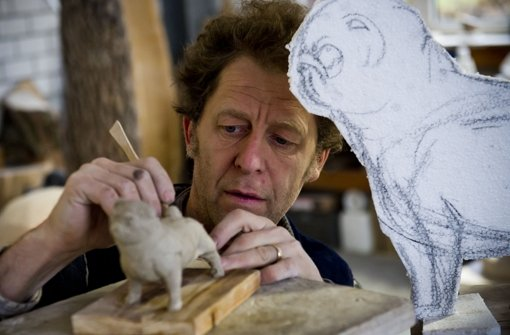 Bildhauer Uli Gsell arbeitet an seinem Mopsmodell Foto: Max Kovalenko